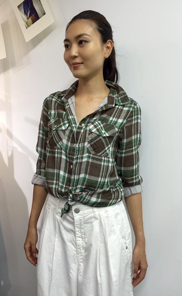 ギンガムチェックシャツ×白パンツコーデ
